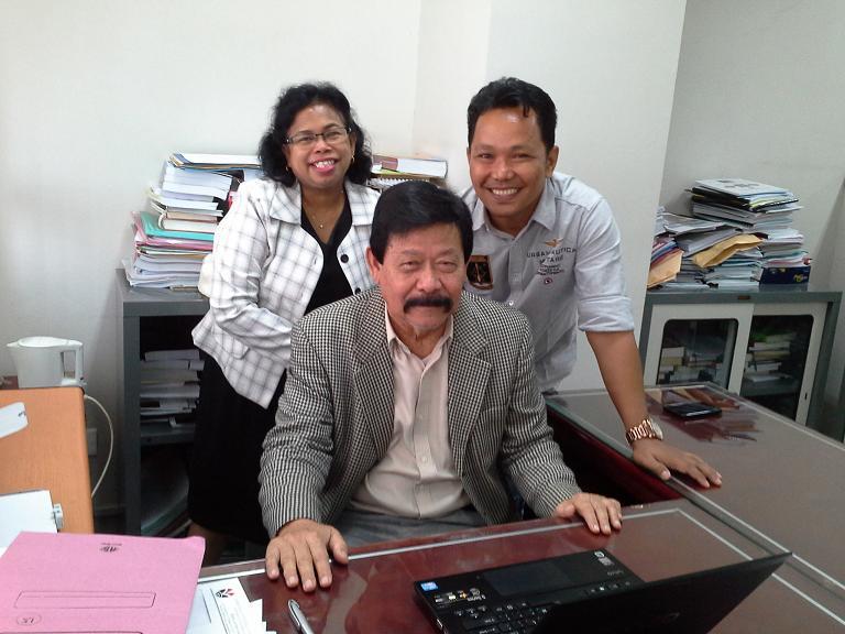 UPI (4) Carolina dengan Promotor (Prof. Dr. H. M. Fakry   Gaffar) dan Rekan Seperjuangan (Dr. Hanif Al Kadri)
