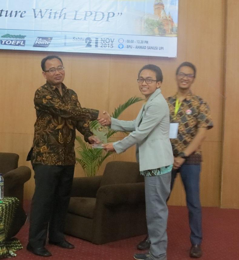 pemberian penghargaan ketuaa panitia ke Direktur LPDP