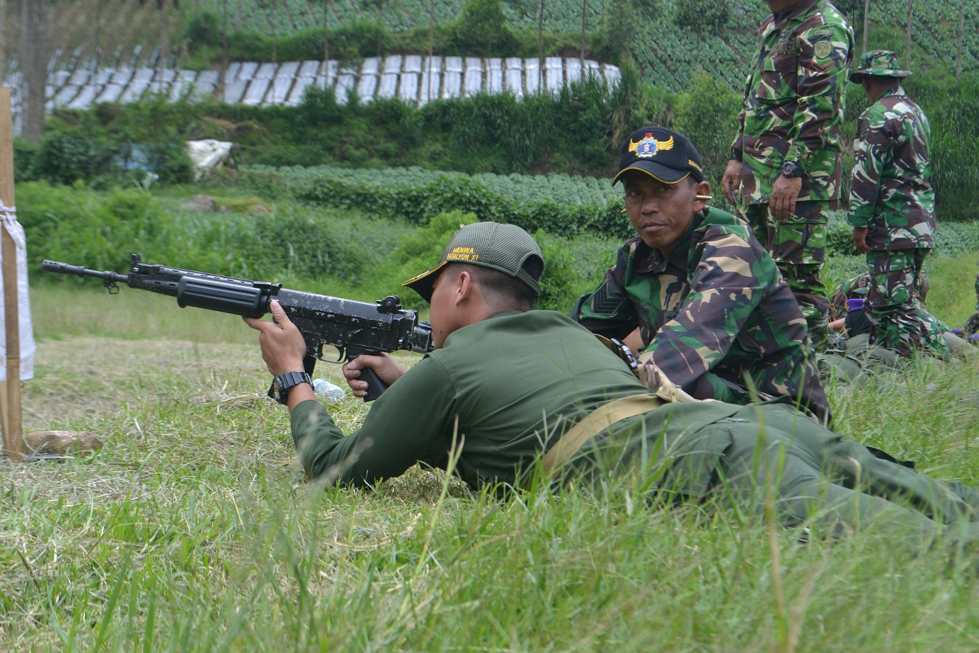 Foto Komandan Menembak