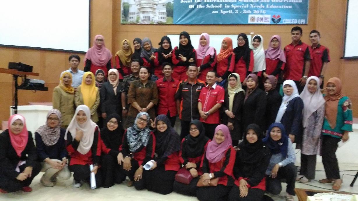 Foto bersama peserta seminar